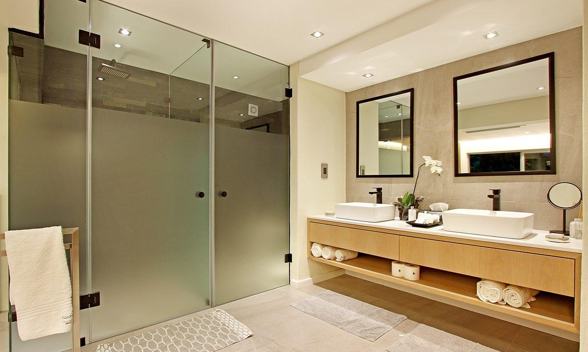 Downstairs Suite Bathroom_201812060323517265