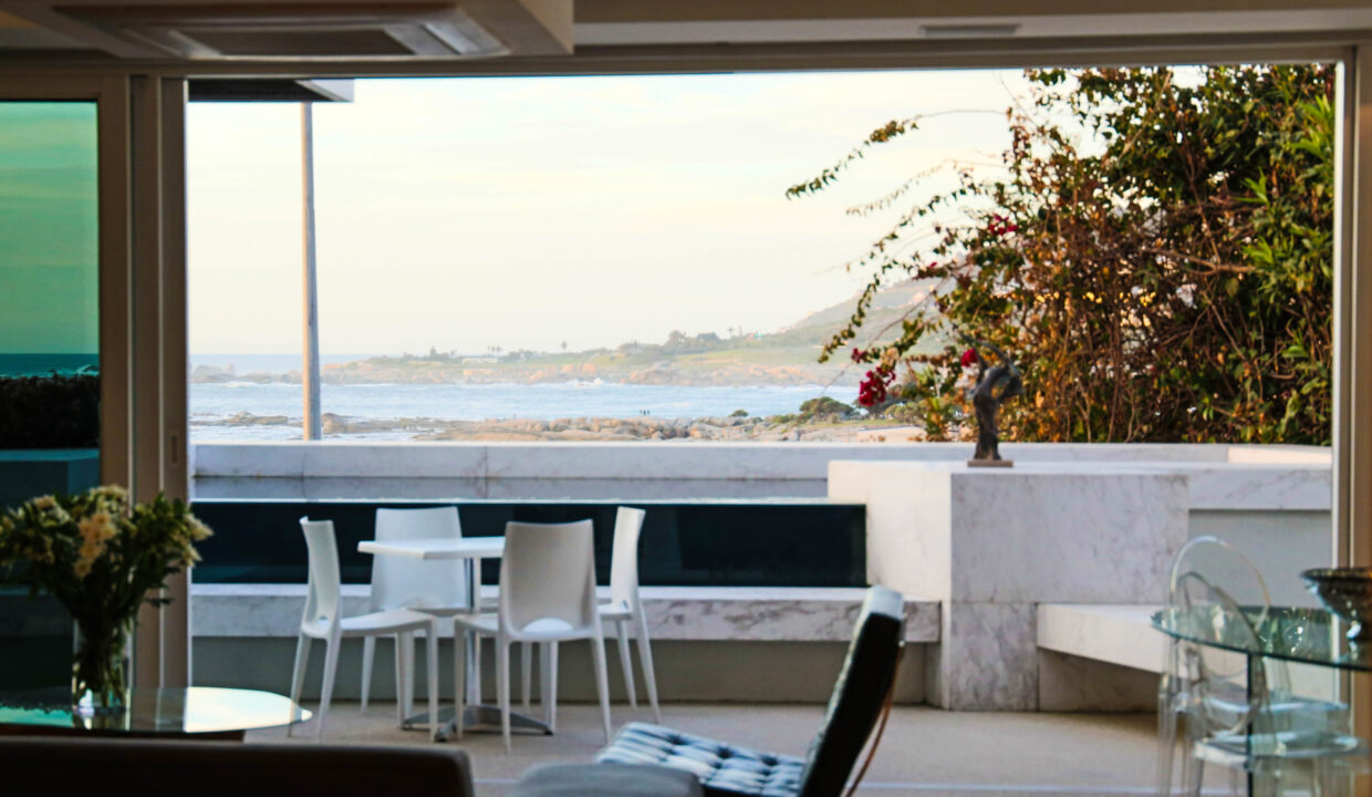 Ebb Tide luxury apartment to rent in Camps Bay lounge6