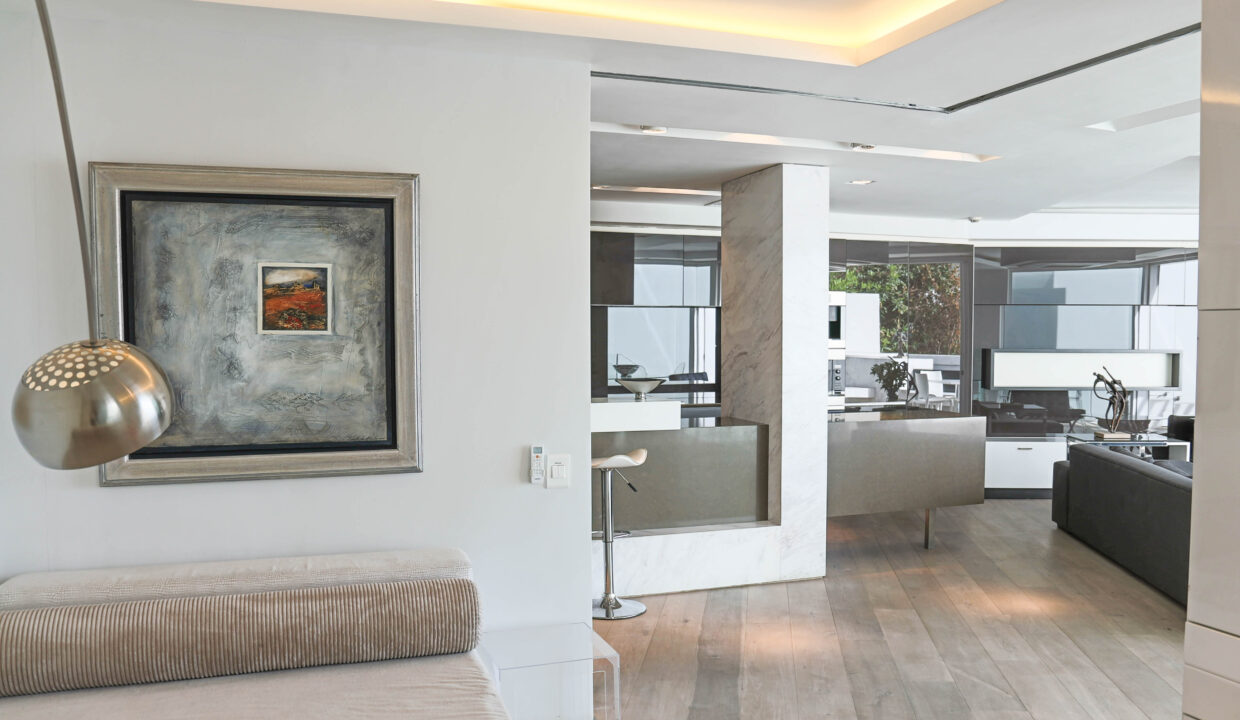 Ebb Tide luxury apartment to rent in Camps Bay passage 1
