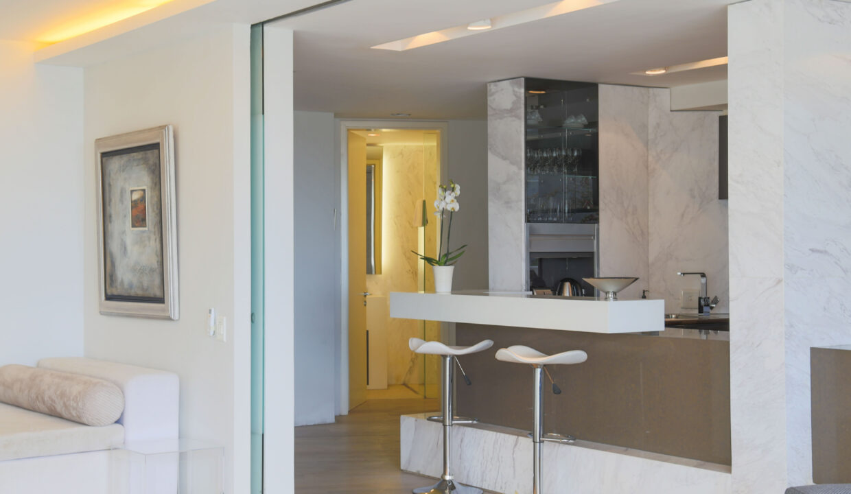 Ebb Tide luxury apartment to rent in Camps Bay passage
