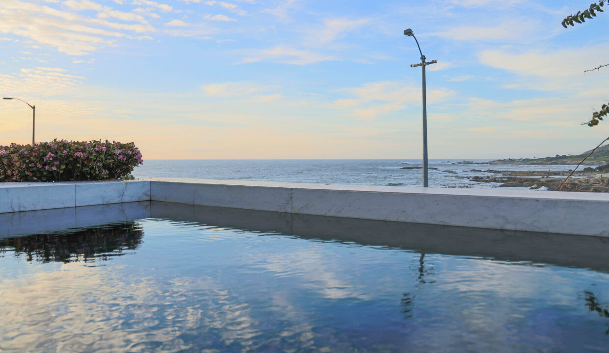 Ebb Tide luxury apartment to rent in Camps Bay with swimming pool 2